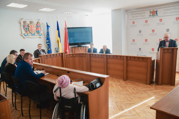 У мерії підбили підсумки заходів, які роблять місто доступнішим для людей з інвалідністю ВІННИЦЯ АДАПТАЦІЯ ДОСТУПНІСТЬ ЗАСІДАННЯ ІНВАЛІДНІСТЬ