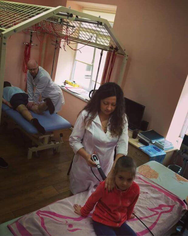 Лікувальна фізкультура в повітрі: у Чернівцях діток з ДЦП реабілітують за новими методиками. дцп, чернівці, лікувальна фізкультура, підвісна кінезотерапевтична установка, ударно-хвильова терапія