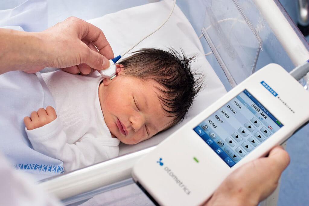 У столиці запроваджено скринінг вад слуху у новонароджених – Валентина Гінзбург. київ, вада слуху, новонароджений, скринінг, інвалідність, person, toddler, baby, open. A hand holding a baby