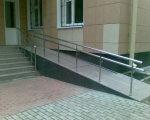 Геннадій Зубко: Посилено вимоги до власників будівель і споруд щодо забезпечення доступу осіб з інвалідністю. дбн, будівля, доступність, споруда, інвалідність, ground, window, stairs, brick, door, tiled, tile. A public bench in front of a brick building