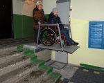 Безкорисливий вчинок львівських політехніків. львівська політехніка, пристрій, підйомник, інвалідність, інклюзія, person, clothing, wheel. A man standing in a room