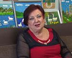 """""""Нескорені"""" Ніна Задорожня (ВІДЕО). ніна задорожня, обмеженими фізичними можливостями, програма нескорені, суспільство, хвороба, person, indoor, human face, smile, clothing, painting. A person sitting on a couch"""