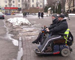 Доступно чи обмежено: як живуть люди на інвалідних візках у Луцьку (ВІДЕО). луцьк, доступність, обмеження, пандус, інвалідність, outdoor, road, snow, transport, street, land vehicle, person, vehicle, people, city. A person riding a motorcycle on a city street