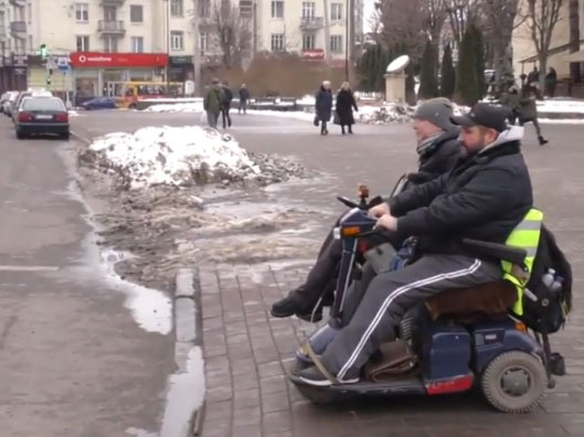 Доступно чи обмежено: як живуть люди на інвалідних візках у Луцьку (ВІДЕО)