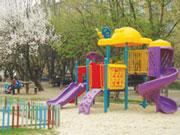 Спеціалізованим ігровим обладнанням для дітей з особливими потребами планується обладнати 13 дитячих майданчиків. чернівці, дитячий майданчик, обладнання, особливими потребами, рішення, tree, outdoor, toddler, beach, playground. A group of lawn chairs sitting on top of a chair