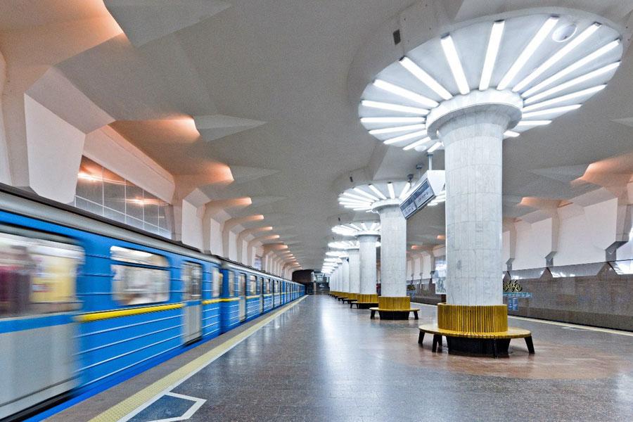 Жители Харькова просят новшество для метро. харьков, инвалид, метрополітен, пандус, петиция, station, ceiling. A person sitting at a train station