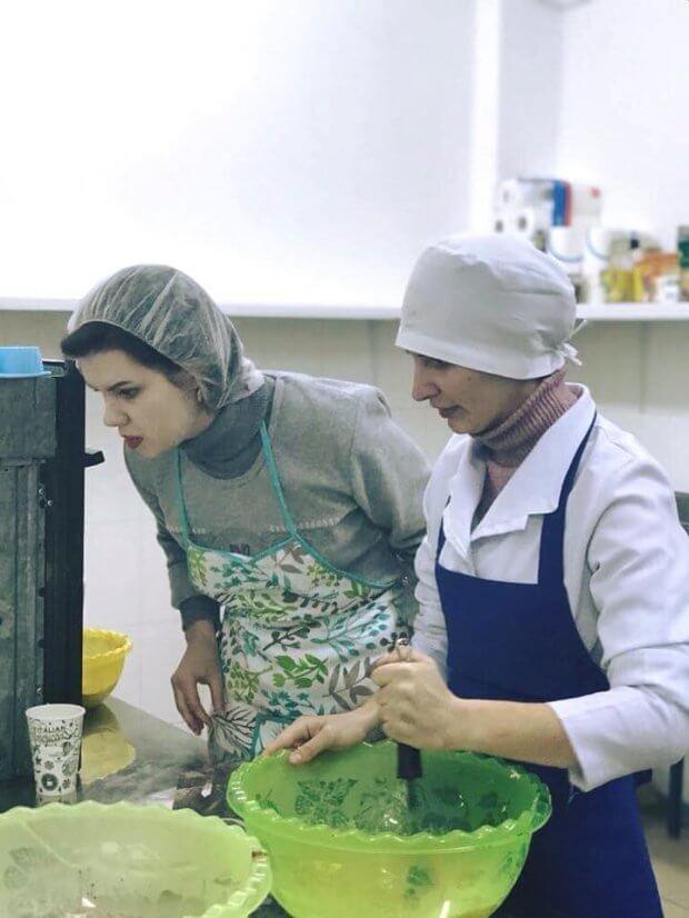Унікальна пекарня: у Вінниці люди із синдромом Дауна й аутизмом печуть кекси. вінниця, аутизм, пекарня, синдром дауна, інвалідність