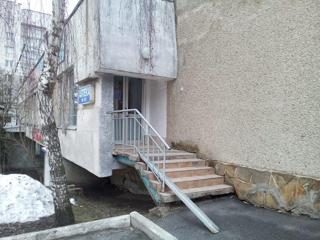 Знову рекорд: в Тернополі встановили єдиний в Україні пандус для інвалідів-еквілібристів. тернопіль, аптека, пандус, формальність, інвалідність, building, stairs, outdoor, window, house, door, stone, cement, concrete, dirty. A close up of a stone building