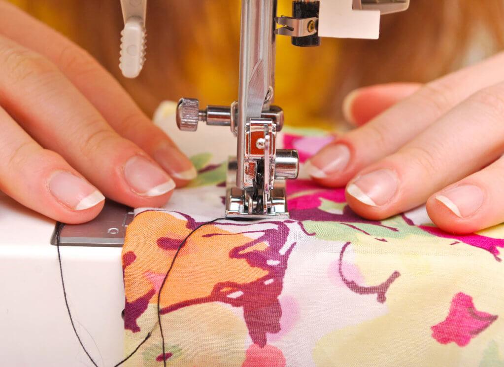 Люди с инвалидностью устроят Fashion показ изделий, сшитых своими руками. мелітополь, инвалидность, проект шить без ограничений, самозанятость, самореалізація, person, indoor, sewing machine, hand, sewing, sewing machine needle, sink. A hand holding a cellphone