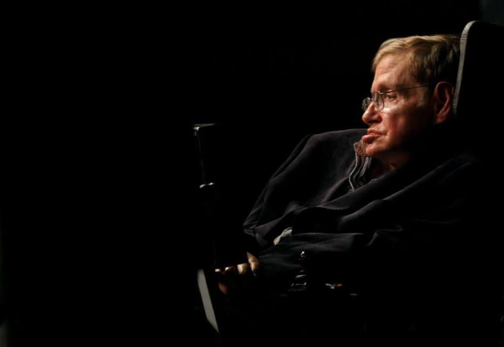 Помер відомий фізик Стівен Хокінг. стивен хокинг, аміотрофічний склероз, наука, паралич, фізик, person, sitting, indoor, laptop, microphone, man, human face, concert, clothing, music. A man sitting in front of a laptop