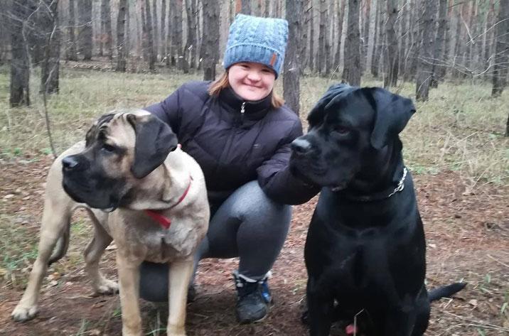 В Олександрії вперше покажуть фотоісторії особливих дітей (ФОТО). олександрія, аутизм, синдром дауна, фотовиставка, інвалідність, dog, outdoor, grass, carnivore, ground, animal, black, person, puppy, clothing. A person holding a dog