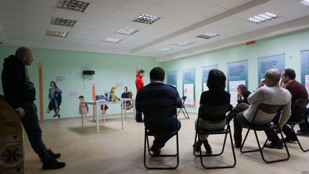 «Театр – це приклад для суспільства, що люди з інвалідністю – повноцінні» – режисер Євген П'янков (ФОТО, ВІДЕО). актор, суспільство, театр посох, інвалідність, інклюзивний, indoor, floor, ceiling, wall, whiteboard, person, furniture, chair, clothing, table. A group of people standing in a room