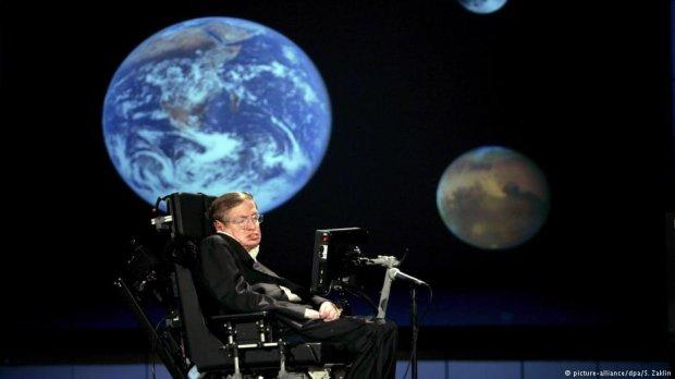 Від великого вибуху до чорних дір: чим запам'ятається Стівен Гокінг СТІВЕН ГОКІНГ АСТРОФІЗИК ЗАХВОРЮВАННЯ ХВОРОБА ІНВАЛІДНИЙ ВІЗОК