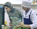 Унікальна пекарня: у Вінниці люди із синдромом Дауна й аутизмом печуть кекси (ФОТО, ВІДЕО). вінниця, аутизм, пекарня, синдром дауна, інвалідність, person, indoor, kitchen, clothing, preparing, fashion accessory, hat, human face, dish, cooking. A person preparing food in a kitchen