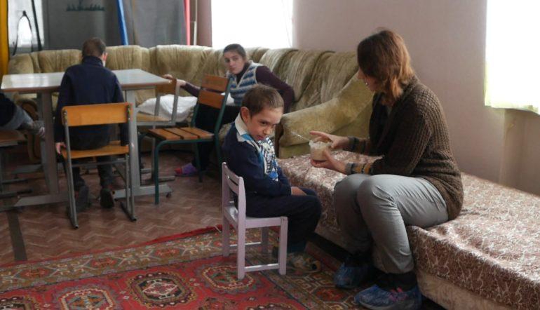 «Ми просто інші» – як живуть діти з різними формами аутизму (ВІДЕО). го ми просто інші, рас, черкаси, аутизм, інвалідність, indoor, floor, wall, furniture, person, couch, sofa, sitting, living, clothing. A person sitting in a living room