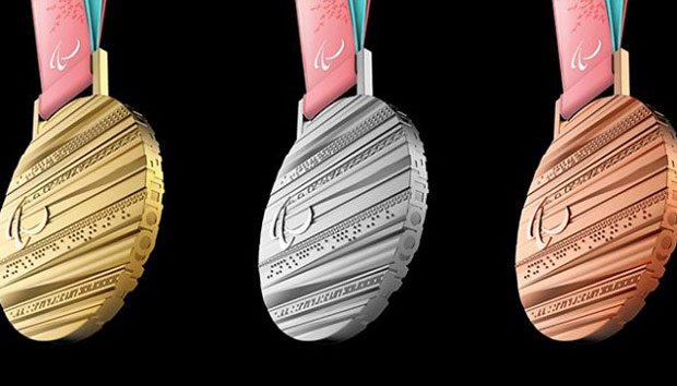"""Україна посідає 5 місце після п'ятого дня """"білої"""" Паралімпіади у Пхьончхані. паралимпиада, паралімпійські ігри-2018, лижний спринт, медаль, нагорода, watch. A group of items on display"""