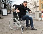 Вчені вперше відновили спинний мозок у приматів. Люди наступні?. лікування, мавпа, спинний мозок, стовбурові клітини, травма, outdoor, ground, person, bicycle, wheel, wheelchair, bicycle wheel, sidewalk, footwear, clothing. A person sitting on a bicycle