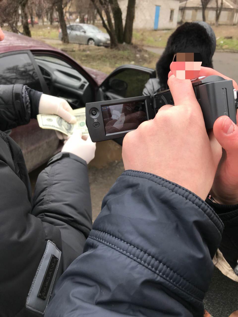 У Маріуполі на отриманні хабара у сумі 1000 доларів США викрито посадову особу Обласної медико-соціальної експертної комісії (ФОТО)