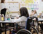 На Дніпропетровщині відкриють 30 кімнат для інклюзивних дітей. дніпропетровщина, медіатека, ресурсна кімната, інклюзивна освіта, інклюзивно-ресурсний центр, indoor, person, classroom, furniture, chair, clothing, whiteboard, desk, wheelchair, girl. A group of people sitting at a table