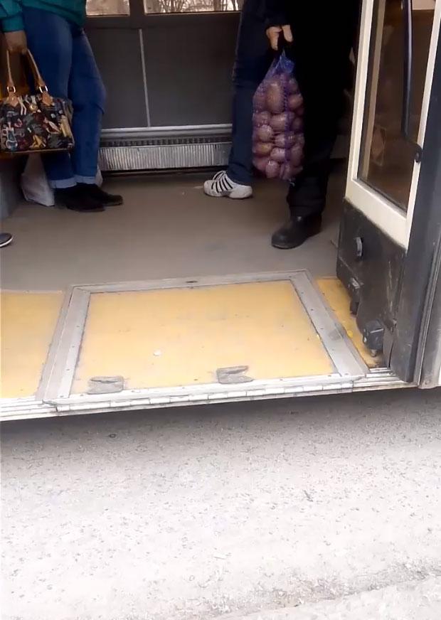 Эксперимент: криворожанин с инвалидностью пытался проехать в общественном транспорте (ВИДЕО)