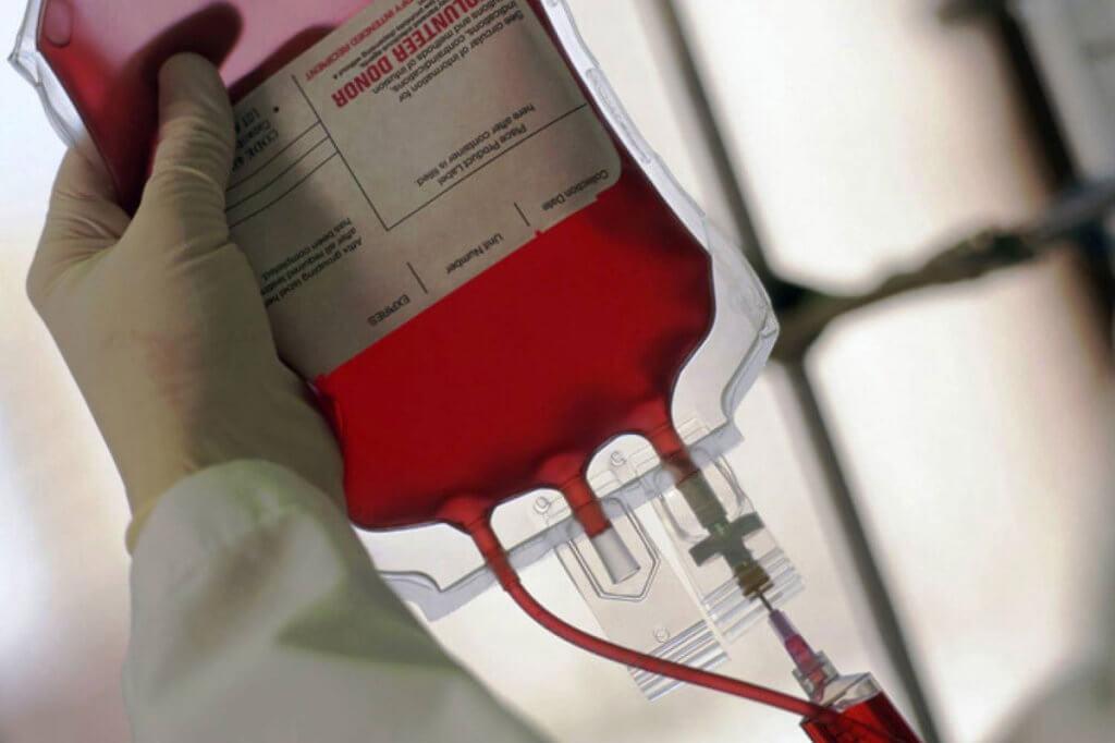 Пацієнти з гемофілією – за домашнє лікування. гемофілія, лікування, хворий, інвалідизація, інвалідність, indoor. A hand holding a red object