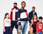 Tommy Hilfiger выпустил коллекцию для людей с инвалидностью (ФОТО). spring adaptive collection, tommy hilfiger, инвалид, инвалидность, одежда, person, smile, clothing, human face, standing, posing, boy, sports uniform, group, woman. A group of people posing for a photo