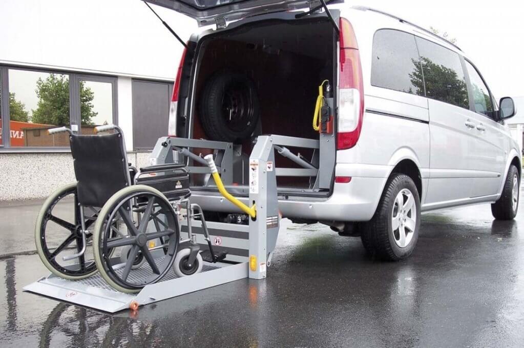 """Тернополем починає курсувати """"соціальне таксі"""" для людей з інвалідністю (ВІДЕО). тернопіль, пересування, підйомник, соціальне таксі, інвалідність, wheel, outdoor, auto part, land vehicle, tire, road, vehicle, car, transport, parked. A car parked in a parking lot"""