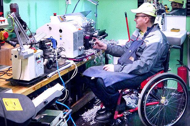 Близько 30 мешканців Кіровоградської області, які мають вади здоров′я, здобули нові професії. кіровоградська область, професійне навчання, центр зайнятості, інвалідність, інтеграція, person. A person holding a bicycle