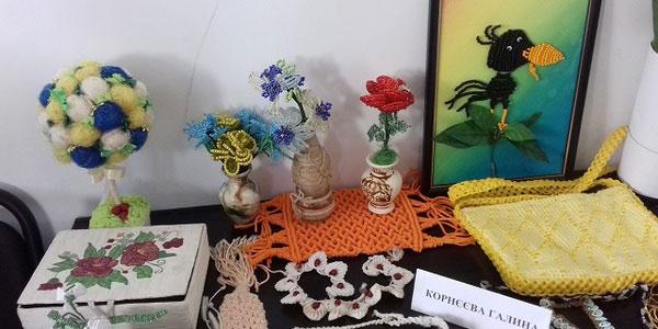 Інвалідність – не перепона для творчості: у столиці відкрилась виставка робіт особливих митців. київ, виставка, митець, самореалізація, інвалідність, vase, flower, indoor, flowerpot, houseplant, cluttered, several. A table topped with lots of stuffed animals