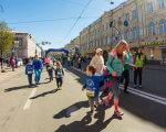 АНОНС: Хочеш побачити, як біжить 1км забіг 3-річний малюк з аутизмом?. kidsautismgames, novaposhtakyivhalfmarathon, київ, аутизм, забіг, outdoor, sky, footwear, clothing, person, woman, people, man, several. A group of people walking down the street