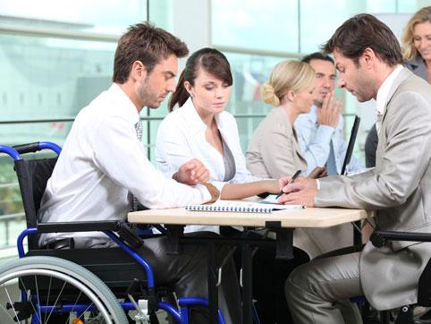 Змінивши акценти у пошуку роботи за допомогою служби зайнятості, він зміг працевлаштуватися. жовті води, працевлаштування, роботодавець, служба зайнятості, інвалідність, person, indoor. A group of people looking at a computer