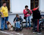 В Киеве впервые показали, как собаки могут помочь особенным детям (ФОТО, ВИДЕО). киев, инвалидность, кинестерапия, параспортивные игры dog puller, соревнование, person, dog, carnivore, clothing, outdoor, animal, footwear, jeans. A group of people standing next to a dog