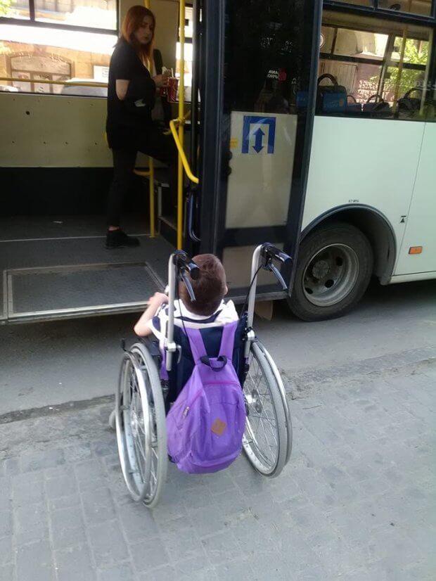 У Чернівцях водій маршрутки відмовився везти матір з дитиною в інвалідному візку. чернівці, водій, маршрутка, пандус, інвалідний візок
