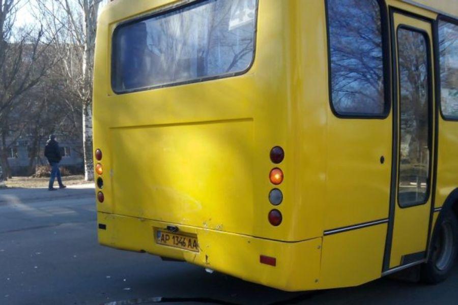 У Запоріжжі водій маршрутки жорстоко обійшовся з інвалідом на милицях. запоріжжя, водій, маршрутка, пенсіонер, інвалідність, outdoor, transport, land vehicle, vehicle, bus, yellow, car, camper, wheel, curb. A yellow bus is parked on the side of a road