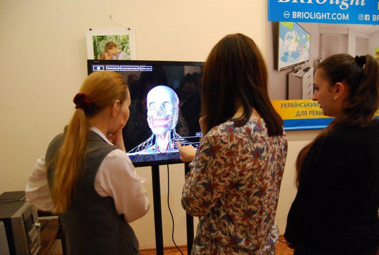 Науково-практична конференція «Інклюзія і реабілітація в освіті. Виклики та перспектива розвитку» (ФОТО). миколаїв, чну iм. петра могили, конференція, реабілітація, інклюзія, person, human face, clothing, woman, indoor, art, people. A group of people looking at a phone