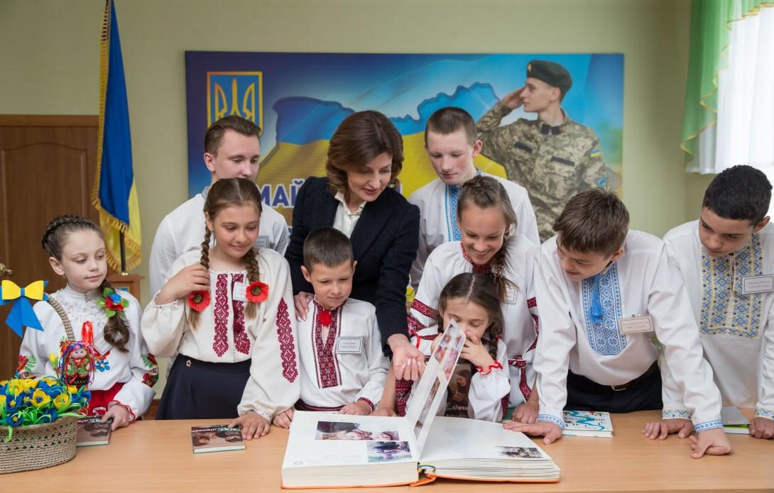 Кіровоградська область стала учасником проекту Марини Порошенко по розвитку інклюзивної освіти, а школярі Кропивницького заповнили сторінки «Книги Миру»