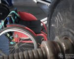 Чорний гумор, легка музика і важкі штанги: як у Луцьку тренуються спортсмени з НЕобмеженими можливостями (ФОТО). луцьк, пауерліфтинг, спортсмен, тренування, інвалідність, bicycle, wheel, tire, land vehicle, bicycle wheel, bike, outdoor, vehicle, auto part, parked. A red motorcycle parked next to a bicycle