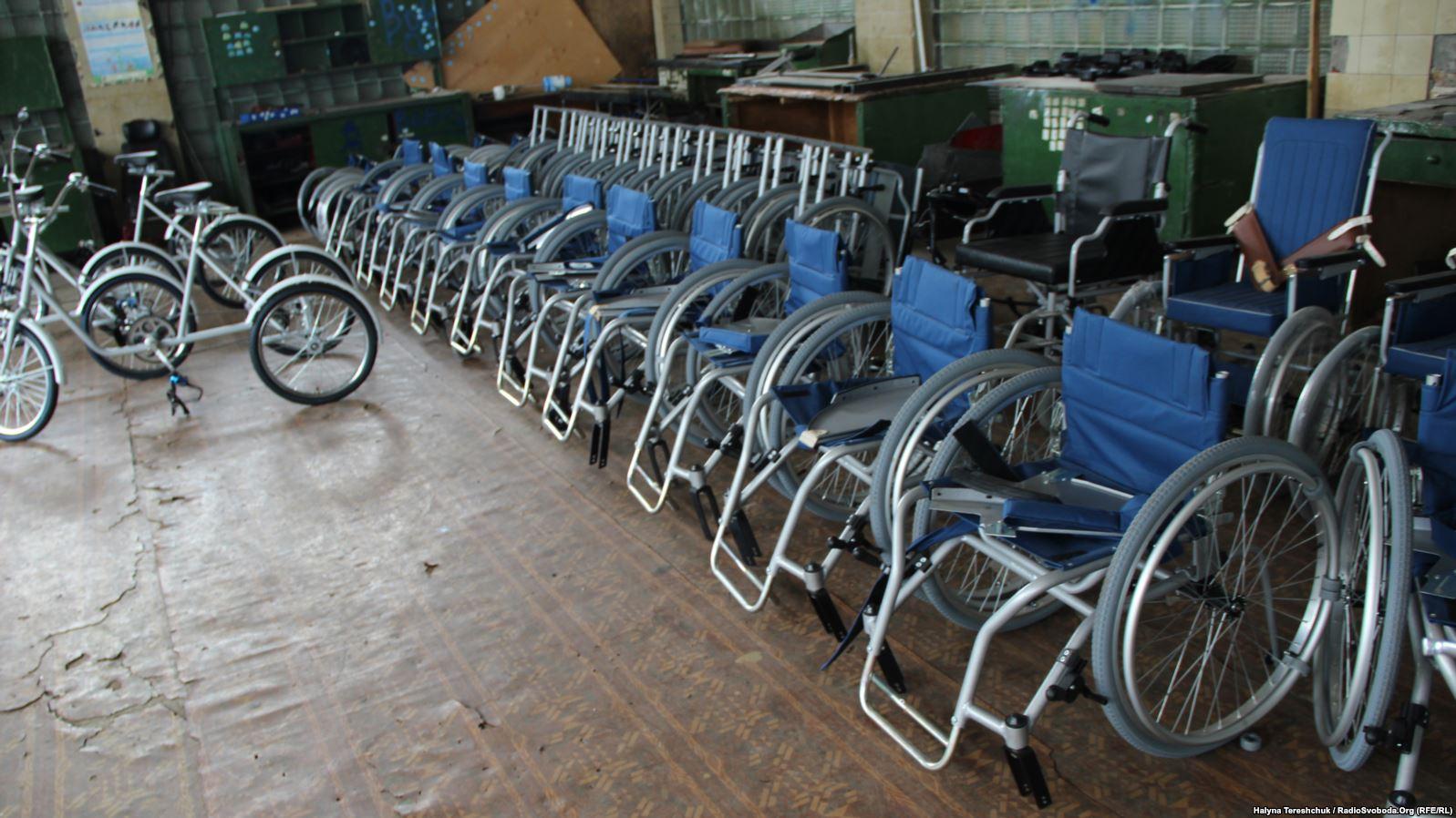Львівський протезний завод: зупинене виробництво візків і п'ятий місяць працівники без зарплати