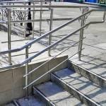 Харьковчане просят чиновников оснастить ступени и лестницы в городе перилами для людей с ограниченными возможностями