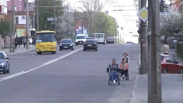 """Як люди з інвалідністю проходять """"квест на дорогах"""" в українських містах: приклад однієї сім'ї. тернопіль, пандус, пересування, перешкода, інвалідність"""