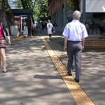 В Киеве появился маршрут из тактильной плитки для незрячих (ВИДЕО)