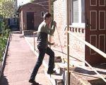 Як долають труднощі соціальної адаптації незрячі (ВІДЕО). волинь, адаптація, незрячий, суспільство, інвалідність, outdoor, ground, clothing, footwear, person, trousers, guy, man, sidewalk, jeans. A person walking down a sidewalk