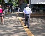 В Киеве появился маршрут из тактильной плитки для незрячих (ВИДЕО). киев, маршрут, незрячий, проблема зрения, тактильная плитка, outdoor, ground, clothing, road, skating, footwear, man, person, trousers, street. A person riding a skateboard down a street