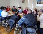 У Сумах опрацьовували створення доступного середовища для осіб з інвалідністю. суми, доступність, забезпечення, засідання, інвалідність, clothing, person, wall, man, indoor, furniture, table, people, group, human face. A group of people in a room