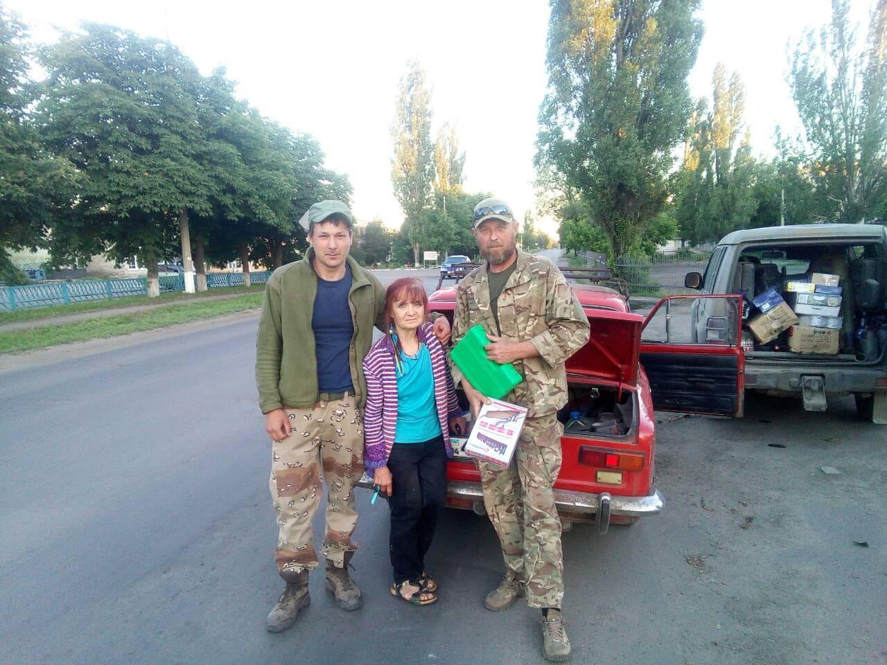 """""""Цветы продаю и книги. Деньги коплю, потом все покупаю и везу вам на передовую"""", - волонтер-инвалид из Днепра помогает украинским воинам"""