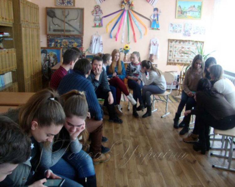 Уроки толерантності від студентської молоді. миколаївщина, стартап дружня україна, студент, толерантність, інвалідність, person, clothing, indoor, human face, footwear, woman, jeans, man, girl, people. A group of people in a room