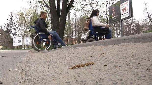 """Як люди з інвалідністю проходять """"квест на дорогах"""" в українських містах: приклад однієї сім'ї (ВІДЕО)"""