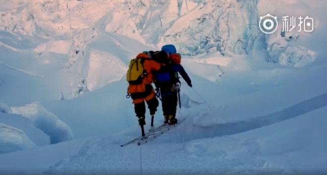 З другої спроби: безногий пенсіонер із Китаю піднявся на Еверест. еверест, ся бойю, пенсіонер, сходження, інвалід, snow, outdoor, nature, hiking, man, skiing, ice, hiking equipment, person, mountain. A man riding skis down a snow covered mountain