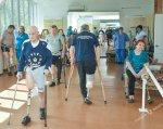 Возвращение к жизни: где в Одессе ставят на ноги людей с инвалидностью. одесса, инвалидность, пациент, протезирование, протезно-ортопедическое предприятие, floor, person, indoor, footwear, clothing, standing, sport, group. A group of people standing in a room