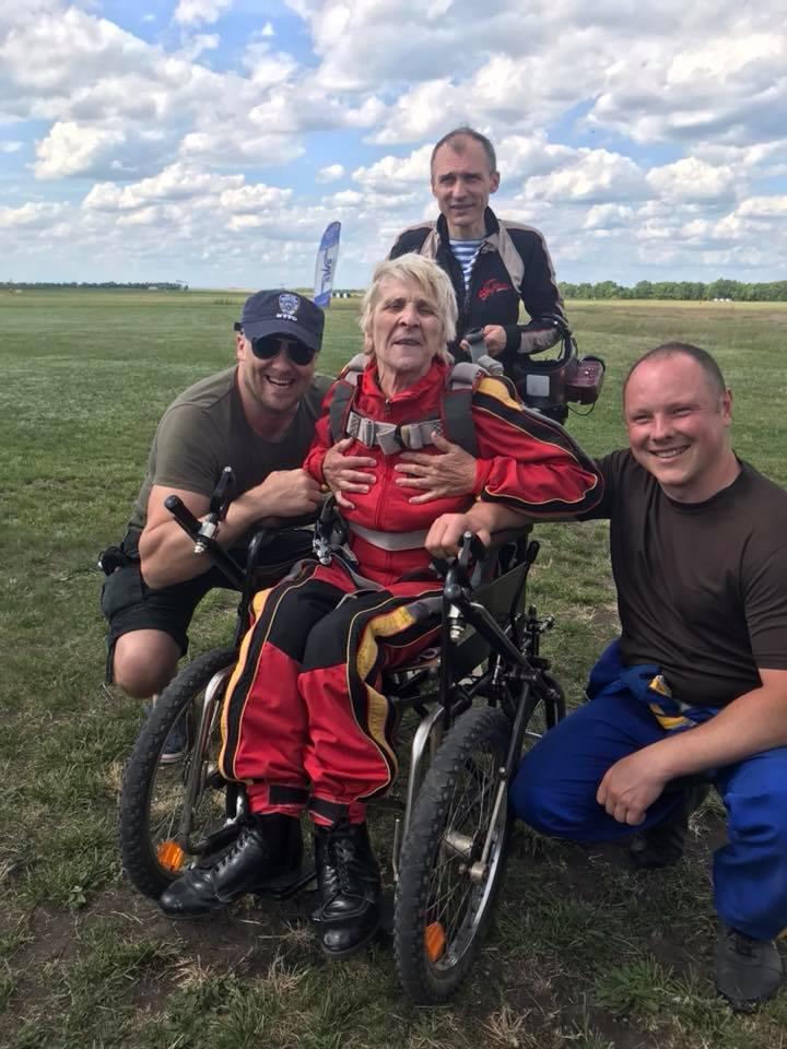 71-річна українка на уродини замовила стрибок з парашутом. Її мрія здійснилася (ФОТО)